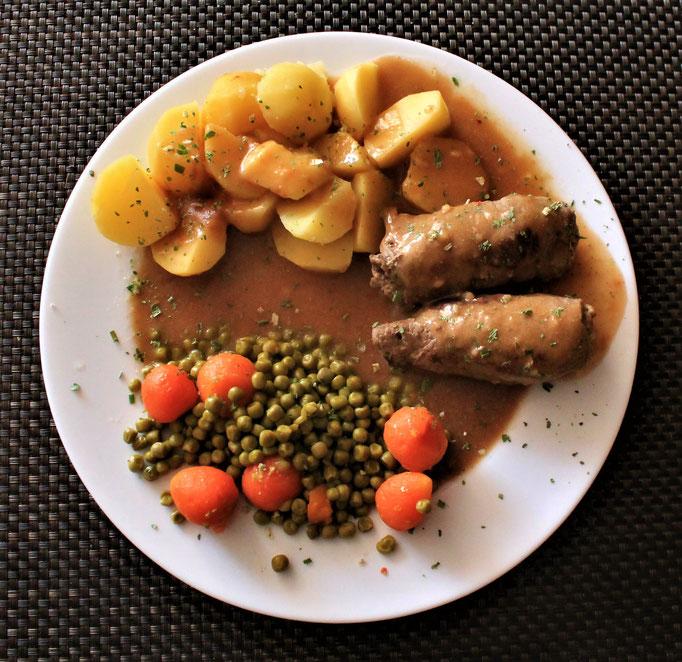24.12.2020 Rinderrouladen mit Kartoffeln Erbsen Wurzeln und brauner Soße