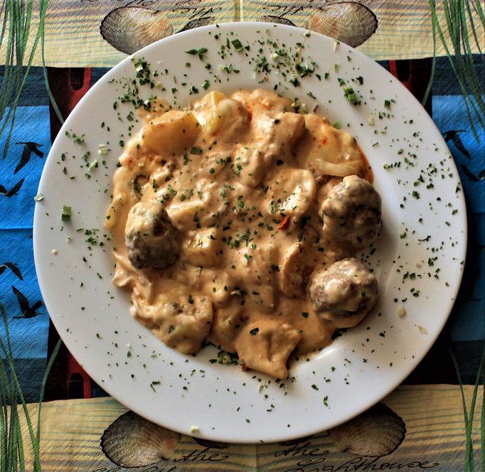 18.10.2019 Kartoffelauflauf mit Hackklöschen, Zwiebeln, Kartoffeln in Zwiebelspecksauce und Käse überbacken