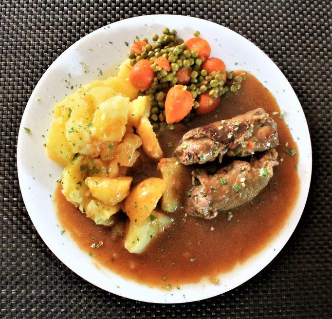 22.12.2020 Rinderrouladen mit Kartoffeln Erbsen und Möhren und brauner Soße