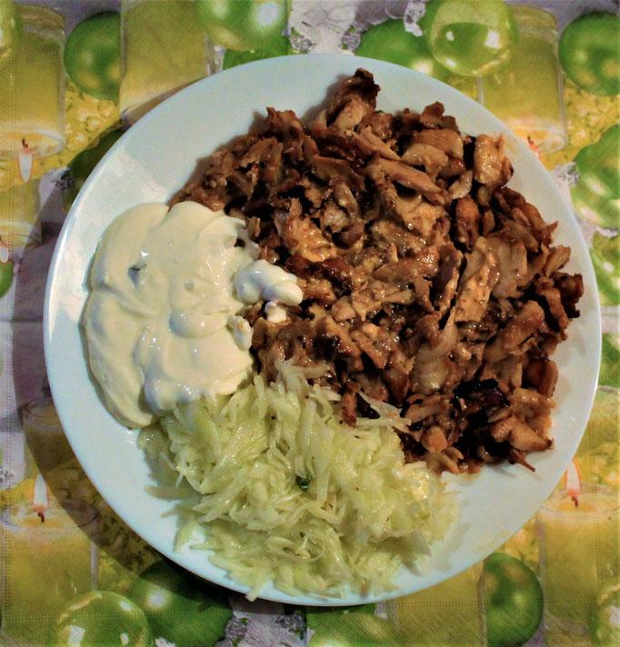 24.12.2019 Heiligabend Hähnchenfleisch (Dönerart) mit Krautsalat und Tzaziki