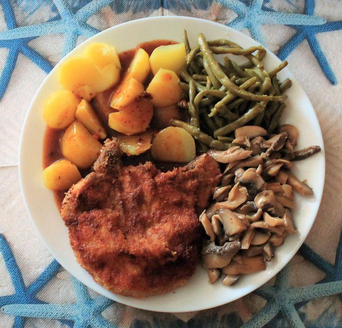 10.09.2019 Kotelette gebraten vom Schwein, mit Kartoffeln, Pilzen und Bohnen in Bratensauce