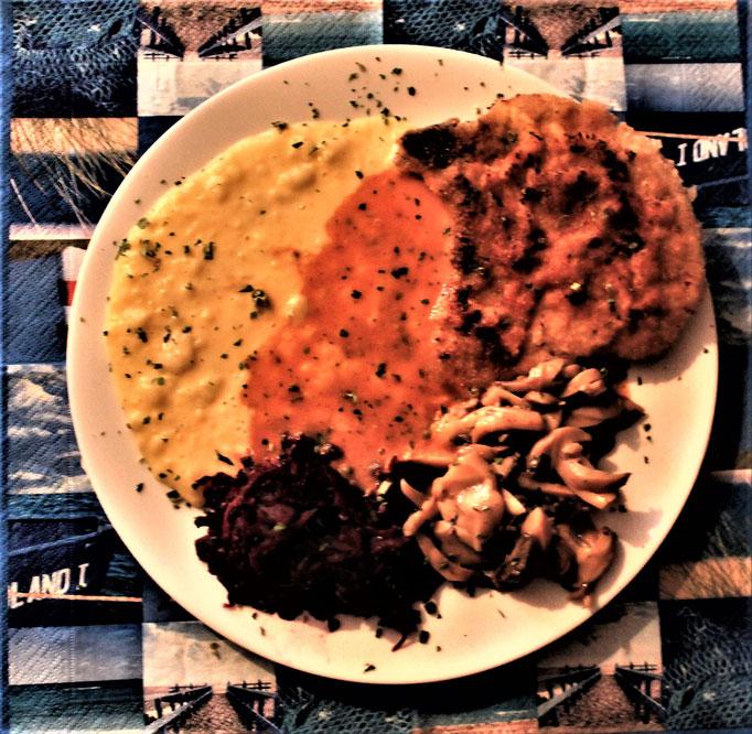 07.12.2019 gebratenes Kotelette mit Kartoffelbrei, Rotkohl, Pilzen und Rahmoße