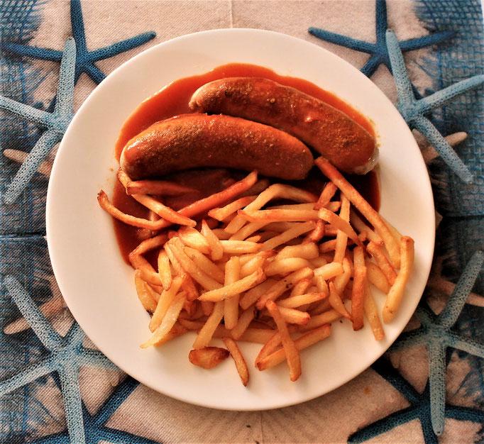 29.09.2019 Bratwurst als Currywurst mit Currywurstsauce und Pommes
