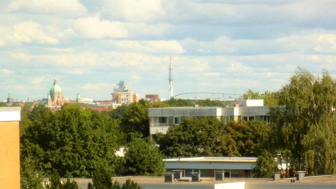 Panoramablick über die Stadt, von links: Neues Rathaus, NordLB, Telemax u. HDI-Arena