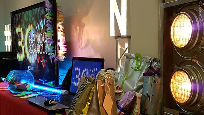 Décor aux lettres lumineuses, caverne de plus de 70 cadeaux, bocal à messages, masque avec le visage des protagonistes, ...