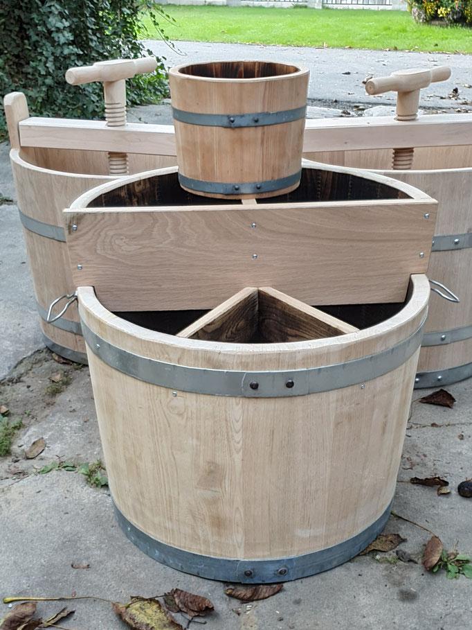 Etagen-Kräutertrog aus Eichenholz mit Abtrennungen und Griffe, innen ausgebrannt. Gesamt-Höhe ca. 75 cm. Gesamt-Durchmesser ca. 65 cm.