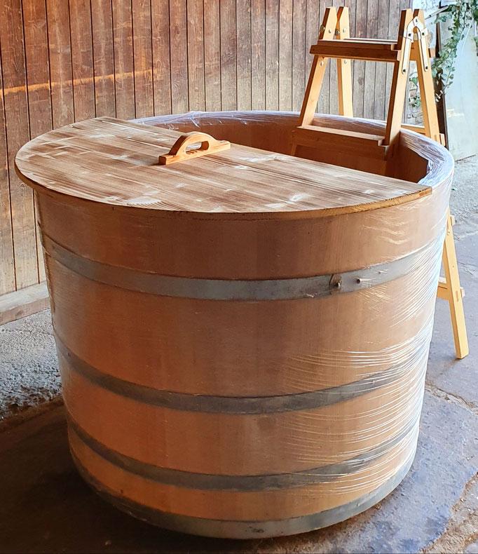 Badebottich aus Lärchenholz mit Einstiegsleiter, zweiteiligem Deckel und Unterleger. - Maße: Höhe 95 cm, Durchmesser 130 cm