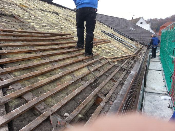Vorher: das Dach wird abgedeckt und wird bis zum Dachstühl zurückgebaut