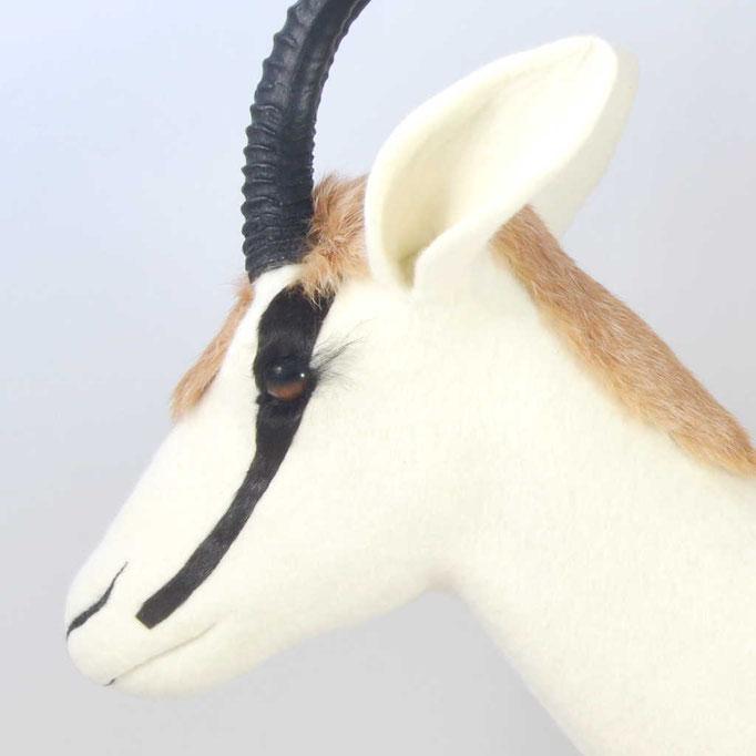 Gefilzter weißer Springboch mit schwarzen Hörnen und Streifen aus schwarzen Fell