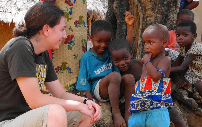 Jasmin gets to know the children.