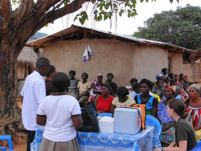 Stephen und Schwester Beatrice klären die Dorfbewohner über Malaria und richtige Hygienemaßnahmen auf.