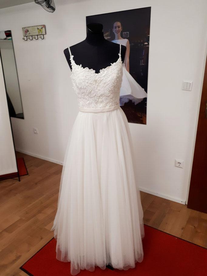 Brautkleid für die Kirche aus Perlenspitze und Tüll. Dieses Kleid wurde an die Braut angepasst.