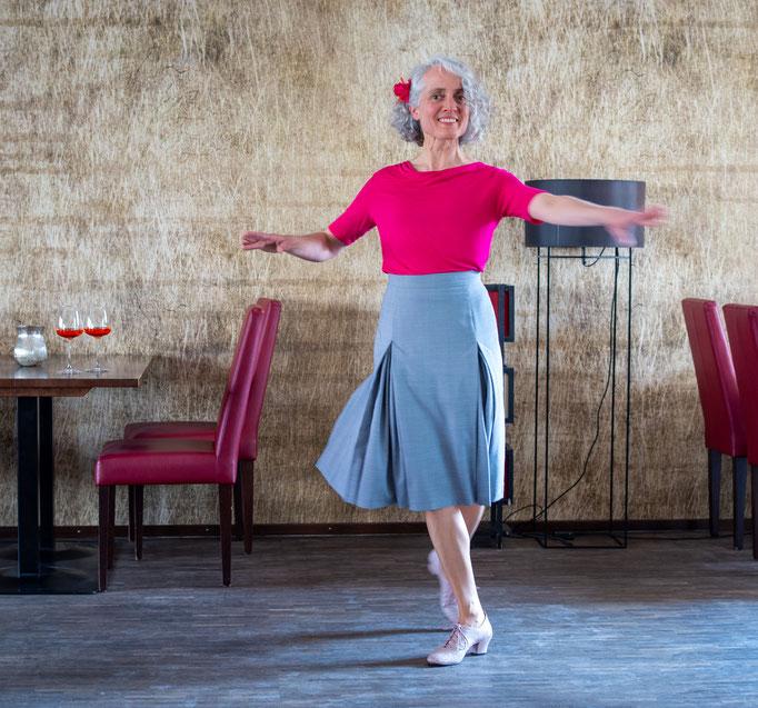 leichter, schwungvoller Tanzrock in hellgrau, der bei jeder Bewegung mitschwingt