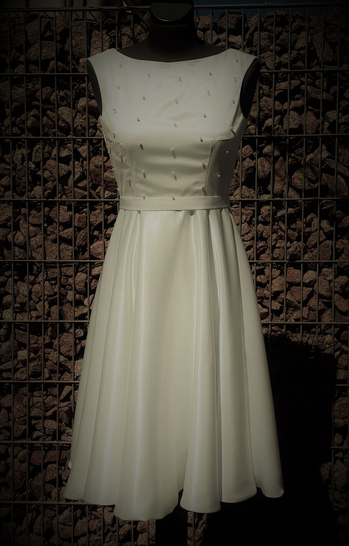 cremefarbenes Brautkleid, mit Perlen bestickt