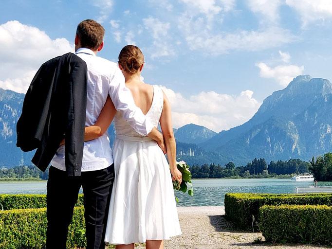 Brautkleid mit tiefem V-Ausschnitt im Rücken. Der Stoffgürtel bildet einen schönen Übergang zum Rock.