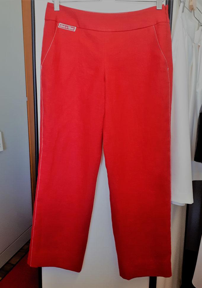 Rote Caprihose aus Leinen mit niedriger Leibhöhe, breitem Bund und Hüftpassè-Taschen