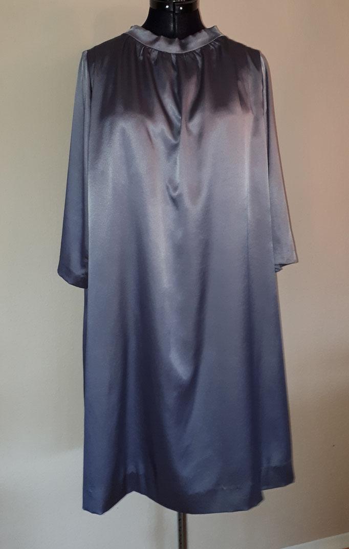 Kleid aus feinem Satin in silbergrau