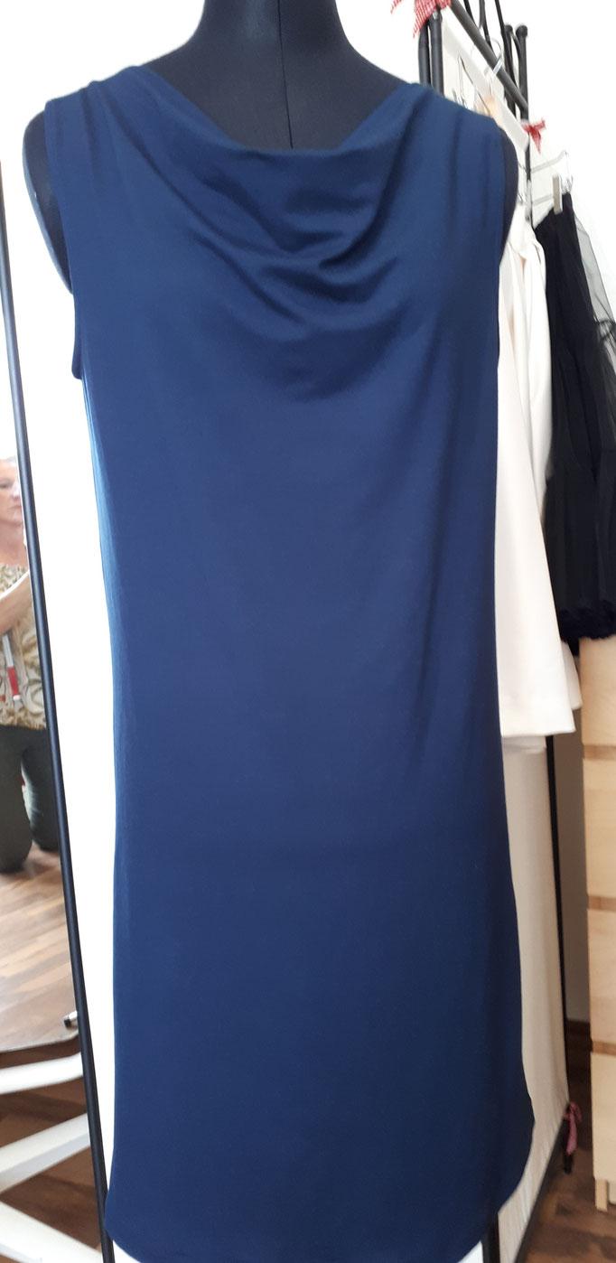 leichtes blaues Sommerkleid aus dünnem Jersey, mit Wasserfallausschnitt