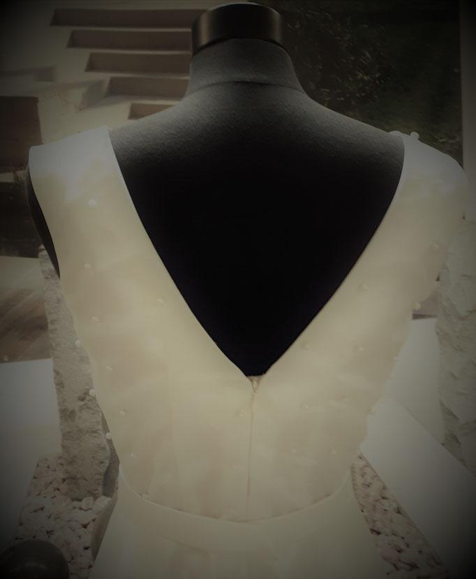 cremefarbenes Brautkleid mit tiefem Rückenausschnitt