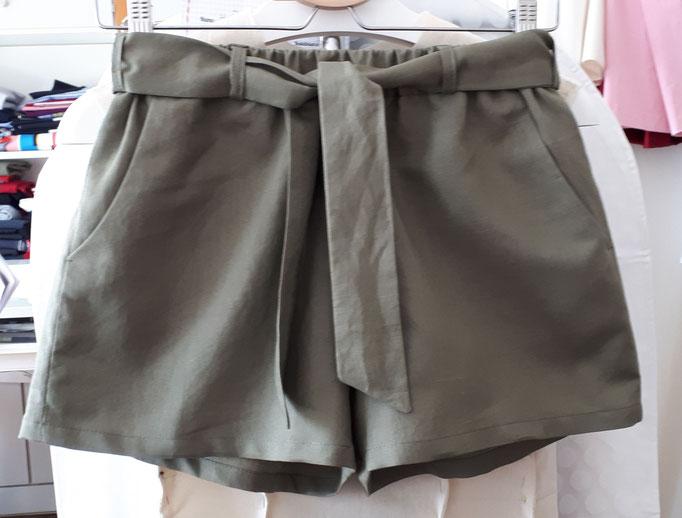 Lässige Short aus leichtem Leinen mit Gummizug und Bindegürtel