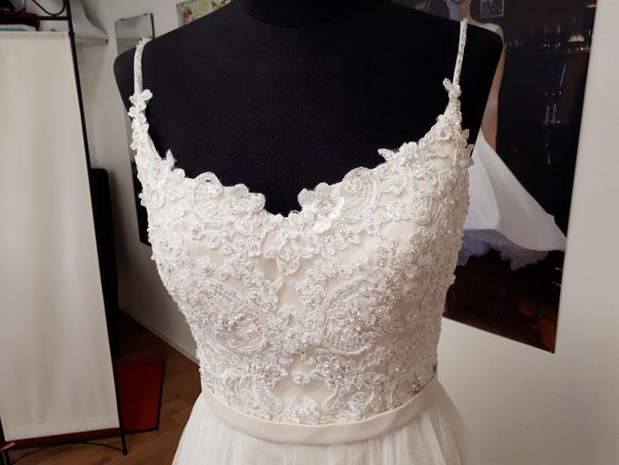 Brautkleid aus Perlenspitze und Tüll, mit herzförmigem Ausschnitt