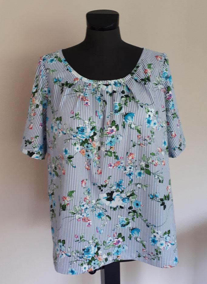 Bluse aus geblümt/gestreifter Baumwolle in geradem Schnitt und leicht gerafftem Ausschnitt