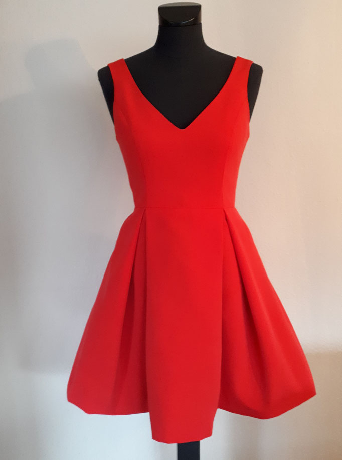 Kurzes Cocktailkleid in rot aus festem roten Baumwollköper mit tiefem Ausschnitt im Vorder- und Rückenteil