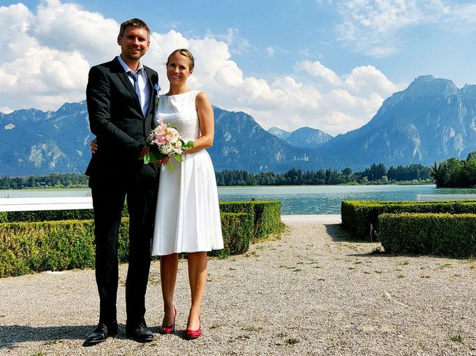 Brautkleid für das Standesamt mit Glockenrock und Perlentüll überzogenem Oberteil