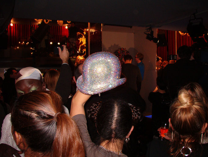 Waka trägt den Bowler Hat