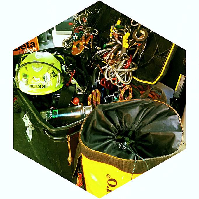 Kit per salita e lavoro in tree climbing con materiali e dispositivi di protezione individuale specifici e certificati