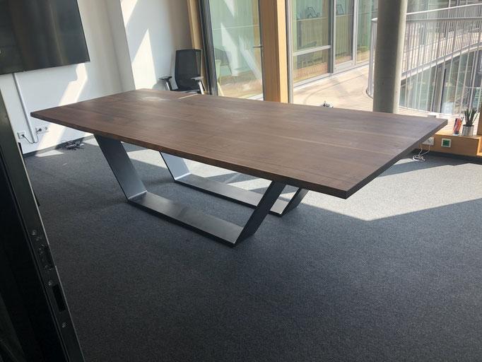 Konferenztisch aus Massivholz Nussbaum und Gestell Modell Wien