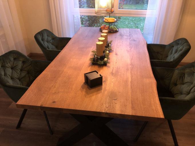 Tisch aus Eiche mit natürlicher Baumkante