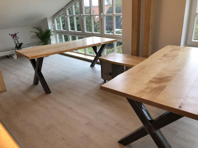 Schreibtische aus Massivholz Ahorn mit Baumkante