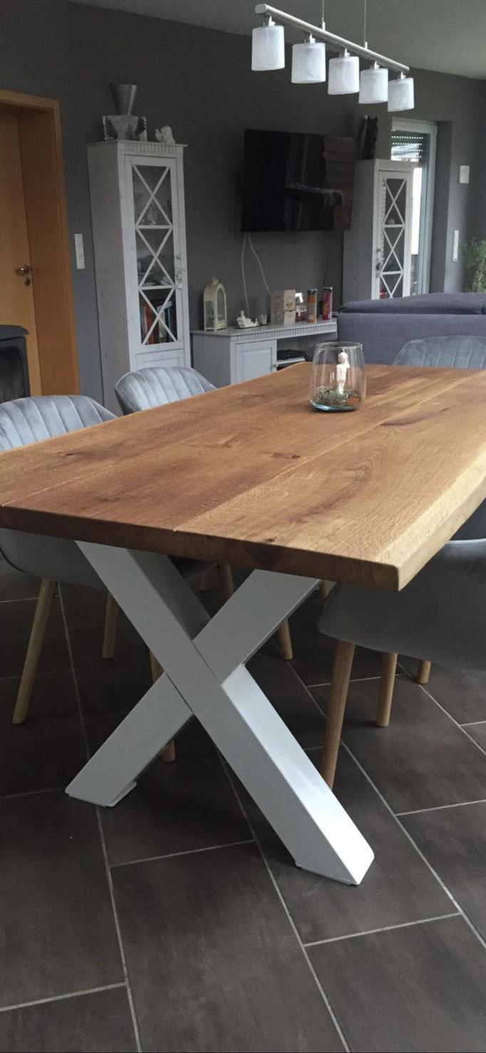 Tischplatte aus nur 3 einzelnen Bohlen Massivholz Eiche mit Baumkante