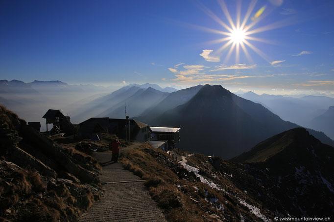 Vom Gipfel führt ein kurzer Fussmarsch hinunter zum Bergrestaurant.