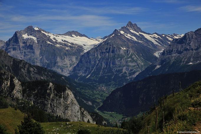 In der Ferne schweift der Blick Richtung Schreckhorn und im Tal eingebettet liegt Grindelwald.