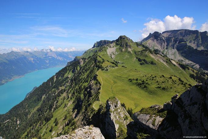 Der Ausblick ist wunderschön, links der türkisblaue Brienzersee.