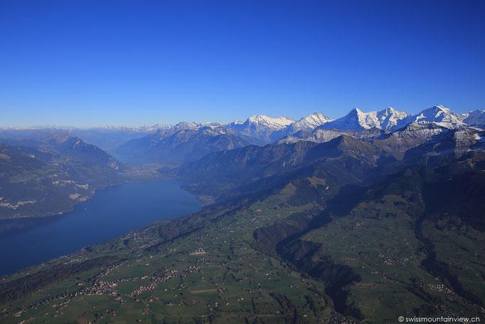 links der Thunersee und dahinter der Brienzersee; Interlaken liegt in der MItte der beiden Seen