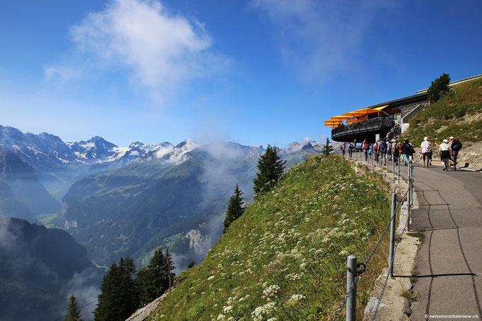 Nach einem kurzen Fussmarsch erreicht man das Bergrestaurant. Auf der unteren Terrasse kann man sich im Selbstbedienungsrestaurant verpflegen. Auf der oberen Terrasse kann man die herrliche Aussicht zu einem feinen am Tisch servierten Essen geniessen.