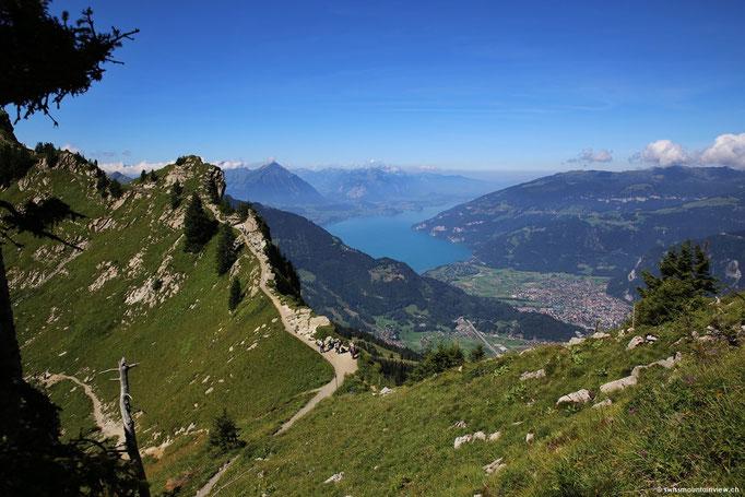 Der Aufstieg aufs Oberberghorn gibt den Blick auf den Thuner- und Brienzersee frei.