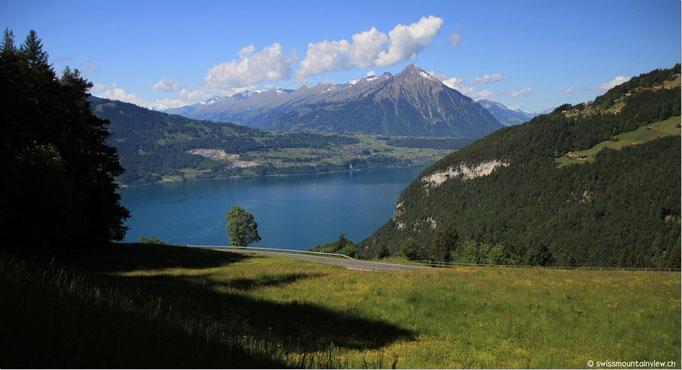 Fahrt hinauf auf den Beatenberg, Blick zurück auf den Thunersee und den Niesen