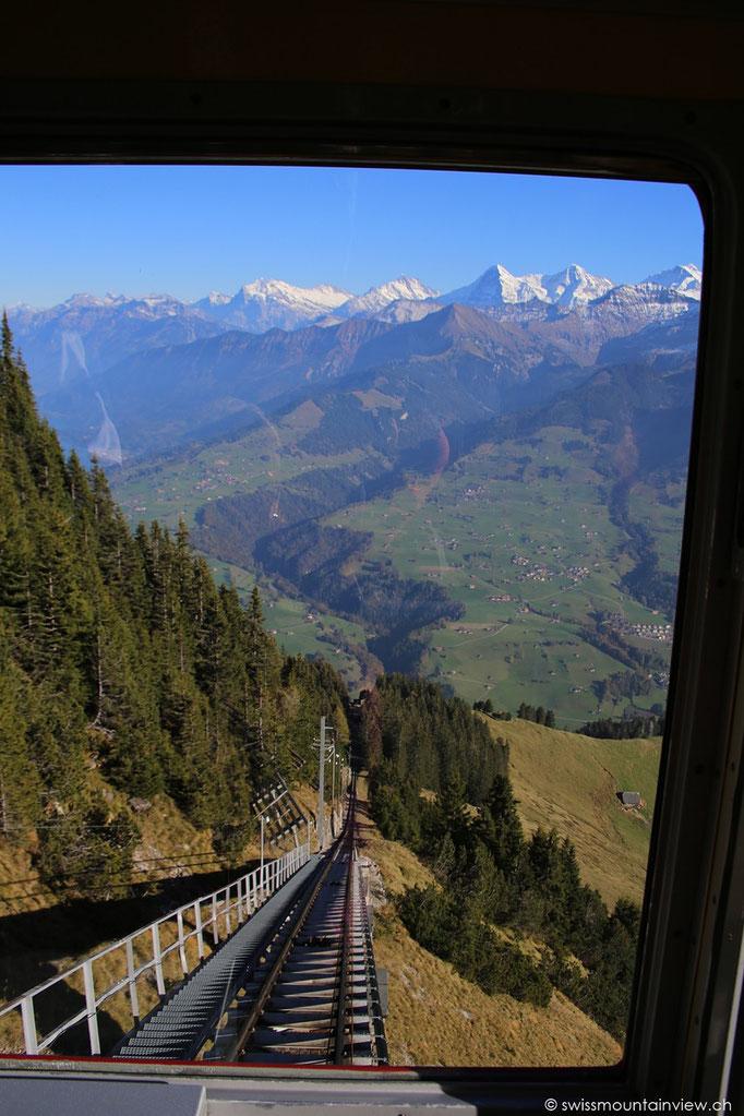 Steil geht es mit einer der längsten Standseilbahnen Europas von Mülenen hinauf auf den Niesen 2336 m ü M.