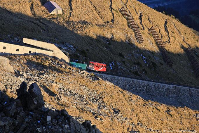 Alle 30 Min fährt die Bahn hinauf auf den Niesen und immer 15 und 45 Min nach der Stunde wieder hinunter.
