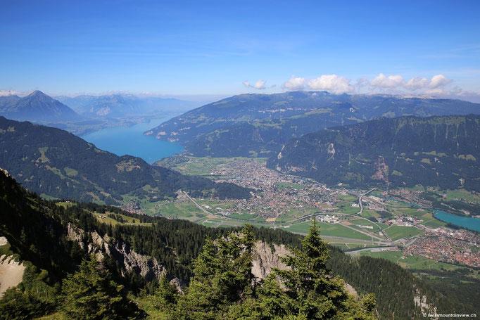Unten im Tal liegen die Orte Interlaken, Unterseen, Matten und Bönigen.