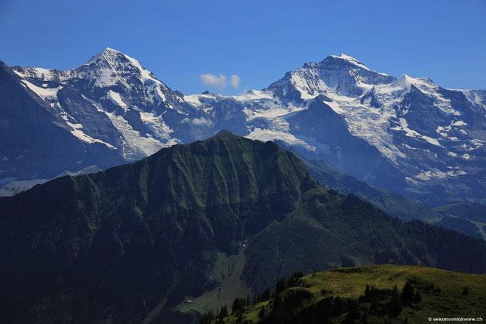 Traumhaft schön, die saftigen Wiesen mit den Alpenblumen und dahinter die Schneeberge.