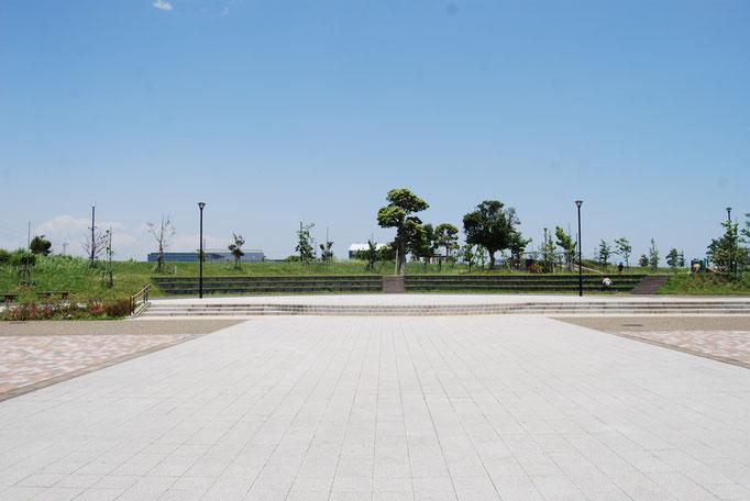 プロムナードに沿った様々なイベントを行う広場です。普段はゆったりとした広い歩道として、散策を楽しんでください。