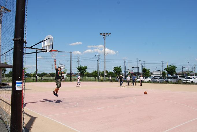 バスケットボールなどの球技を行える広場です。ちょっとした運動をするには最適のスペースです。