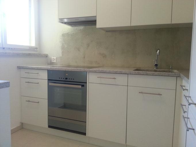 Küche mit Backofen und Dampfabzug