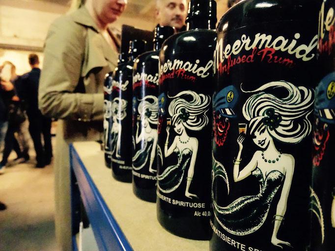 Mermaid Rum – Handgefertigter aromatisierter Rum - basiert auf 3 weißen Rumsorten aus Jamaika und Trinidad, in dem 17 Zutaten wie z.B. Orangenschalen, Ingwer, Tonkabohnen angesetzt werden. Sehr geil! Vor allem mit Gingerbeer!