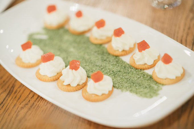 <html> Frischkäsecräcker mit Tomaten Jam auf Vogerlsalatpesto zu Ottakringer Helles <br> © Martin Hörmandinger </br></html>